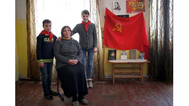 Natia Babunashvili, de 40 años, junto a sus hijos Tamuna, de 14 años y Giorgi, de 13 años