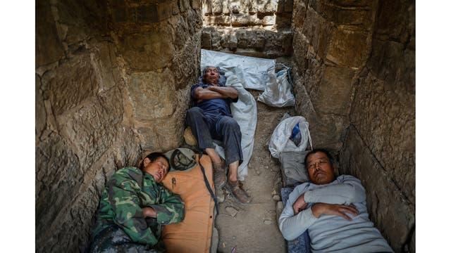Obreros descansan luego del trabajo
