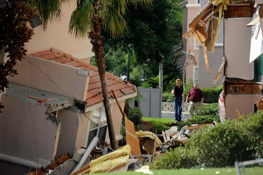Un inmenso socavón provocó el derrumbe  de un edificio y el hundimiento de otro en un complejo turístico en el centro de Florida, cerca de Disney World. Foto: Reuters
