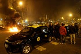 Los taxistas cortaron anoche la avenida Luro