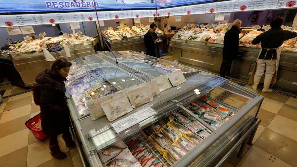 Entre los clientes más asiduos de las pescaderías del Barrio Chino de Belgrano se cuentan quienes preparan sushi en su casa. Además del pescado y los mariscos, aprovechan para llevarse también el arroz doble carolina, las algas nori, salsa de soja, palitos y wasabi, productos que en los supermercado. Foto: LA NACION / Ricardo Pristupluk
