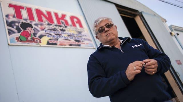 Adrián Ñañez, uno de los directores de la empresa, frente a la fábrica de Tinka, en San Jorge