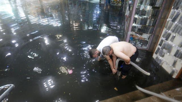 Un centro comercial quedó bajo el agua y dos empleados utilizaron mangueras para desagotar el agua