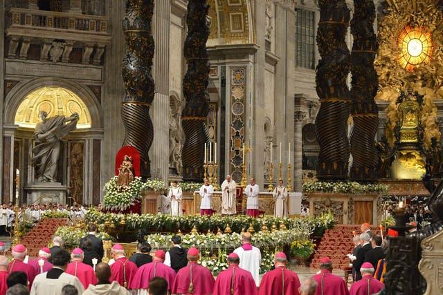 Francisco encabeza su primera vigilia pascual en el Vaticano