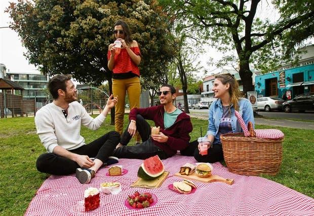 Martín Drucaroff (centro) y sus amigos disfrutan de una canasta deli en el bulevar García del Río