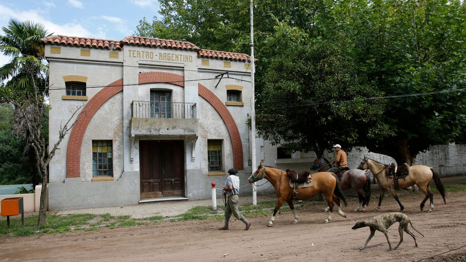 El teatro es otro de los edificios que ya no funciona y por donde pasaron grandes figuras del espectáculos hasta los años 60. Foto: LA NACION / Ricardo Pristupluk