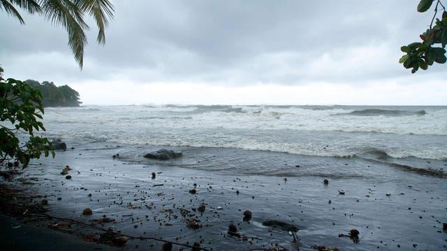 Las playas de la isla francesa de Guadalupe a la espera de la llegada del huracán