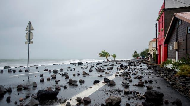 Rocas barridas por fuertes olas en una carretera en Le Carbet, en la isla caribeña francesa de Martinica, después de ser golpeada por el huracán María