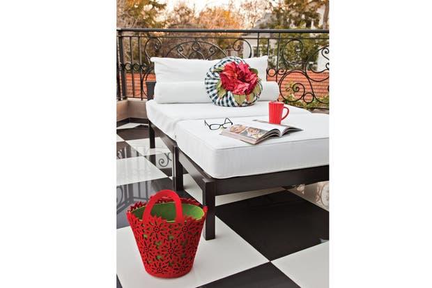 Para este balcón-terraza para el que se encargó un gran camastro de 1,1x1,8m (4 Estaciones) con colchonetas blancas y el detalle de un almohadón en cuadrillé blanco y negro..