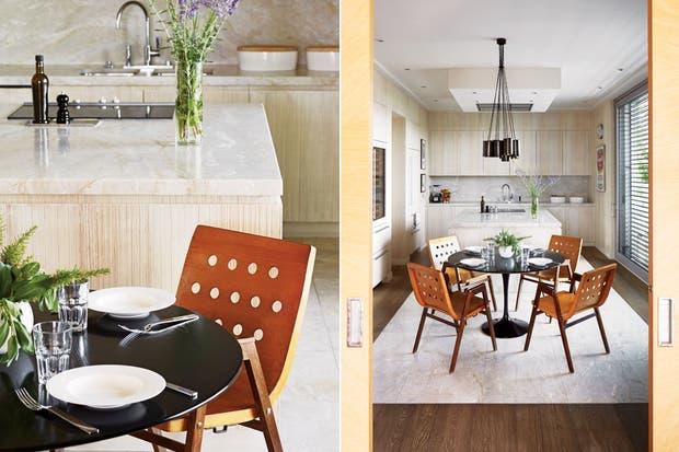 """Alrededor de la mesa de mármol negro, una auténtica Saarinen de los años 50, sillas de Roland Reiner de la misma década que ilumina un racimo de lámparas de CTO Lighting. Las mesadas son de cuarzo brasileño, material que también dibuja una """"alfombra"""" en medio del entablonado original.  Foto:Living /Francis Amiand / Kerylos Intérieurs"""