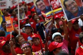 Miles de manifestantes ya se encuentran en la Casa de Gobierno en apoyo a Chávez