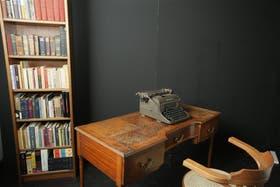 Libros, muebles y otros objetos escenifican el lugar de trabajo del periodista y escritor