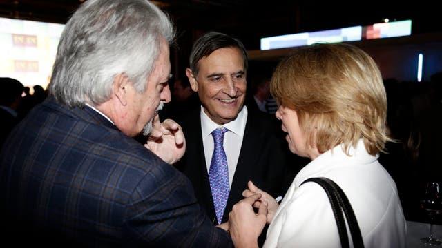 Héctor Aranda del Grupo Clarín y la esposa de Julio Saguier. Foto: LA NACION