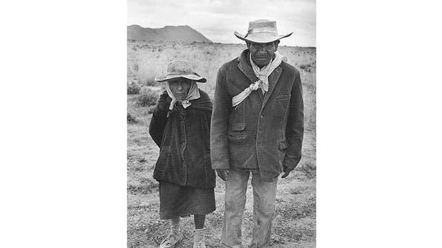 Serie Norte Argentino: Sr. Fermín Flores y su esposa Fortunata, pastores. Cercanías de Abra Pampa, Jujuy