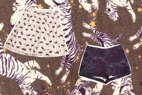 Pollera con motivo caballos, Uma. Shorts multicolor, Vitamina.
