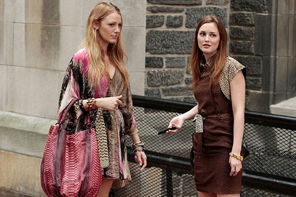 En la temporada 4, vestidos bien cortos y mix de estampas.