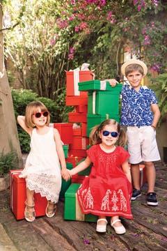 Vestido blanco con calado ($ 1355, Cheeky), sandalias ($ 750, Hush Puppies), anteojos ($ 910, Rusty). Vestido rojo ($ 1295, Cheeky), guillerminas ($ 660, Hush Puppies). Polo de piqué ($ 799, Lacoste), bermudas ($ 799, Grisino), sombrero ($ 398, Pioppa), zapatillas de lona ($ 840, Kickers). Foto: Martín Lucesole