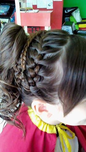 Las trenzas cosidas son de los peinados más pedidos por las más chicas