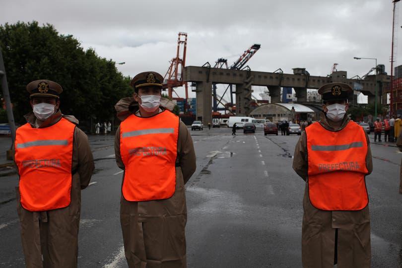 La policía custodia la entrada al puerto. Foto: LA NACION / Ezequiel Muñoz