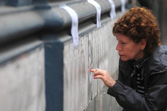 Una mujer mira los padrones en una escuela de Capital. Foto: DyN