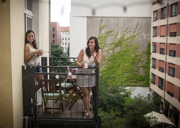 Las jóvenes Kim Seele y Carolina Leersch, en su balcón de Berlín