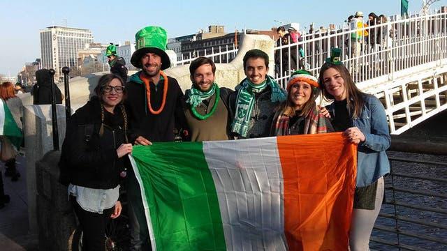 Un grupo de argentinos festejando en Dublín, Irlanda