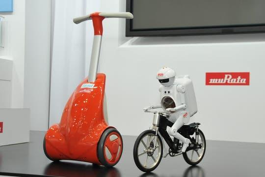 Además del robot que anda en Bici, la firma Murata presentó un andador para personas mayores con problemas motrices. Foto: Ceatec