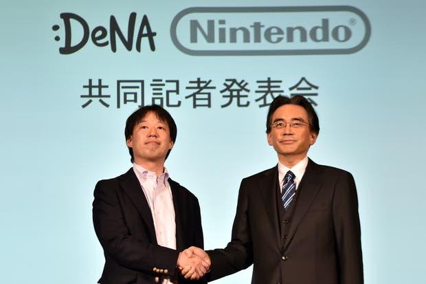 El presidente de DeNA, Isao Moriyasu (izq.) y el presidente de Nintendo, Satoru Iwata, durante la conferencia de prensa en Tokio