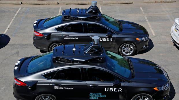 Los autos sin chofer llevan varias cámaras y sensores en el techo para determinar su posición, la de los demás autos, obstáculos, etcétera