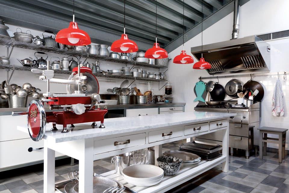 Un sueño al que no le falta ni la máquina de cortar fiambre. Son tantos los objetos que se unificó su color plateado (con la indispensable participación de algo de rojo).  /Enrico Conti