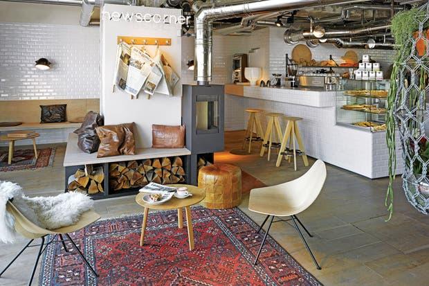 Con horno a leña, la panadería despacha delicias que se pueden saborear leyendo el diario, remoloneando en las hamacas o en la terraza con la que se conecta.  Foto:Living /Daniel Karp