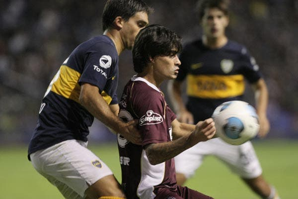 Poco fútbol en la noche en la Bombonera