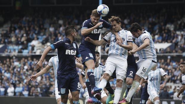Miguel Barbieri salta más alto que Neri Leyes y convierte de cabeza el 2-1 parcial de la Academia en el Cilindro