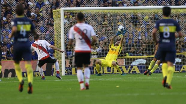 Lucas Alario convierte el segundo gol de River