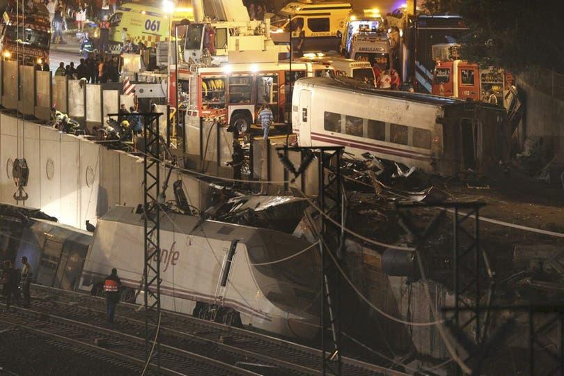 Uno de los vagones voló por los aires y chocó contra una autopista a seis metros de altura. Foto: EFE