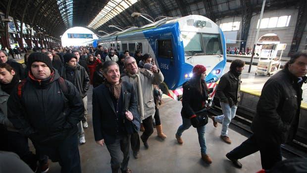 Dos ramales de la línea Mitre de trenes están interrumpidos por falta de electricidad