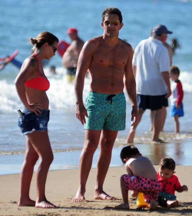 Amalia Granata, su pareja y su pequeño hijo juegan en la playa