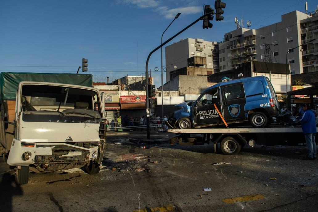 Dos policías murieron tras perseguir a motochorros y chocar contra un camión