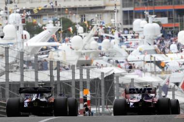Lance Stroll y Alexander Albon recorren la pista de Mónaco.