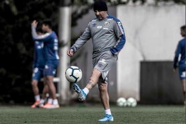 Sampaoli y la pelota en el entrenamiento de Santos, su actual club.
