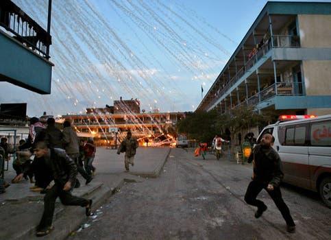 El fotógrafo palestino Mohammed Abed recibió el tercer premio en Spots de actualidad con sus imágenes de los bombardeos en Gaza. Foto: AFP