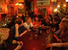 Un grupo de norteamericanos disfruta de la noche porteña con cerveza en un bar del barrio de Palermo
