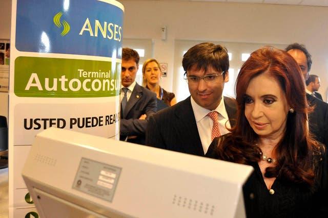 Cristina Kirchner, junto al director ejecutivo de la Anses, Diego Bossio, ayer, en la unidad de atención del organismo previsional en Lomas de Zamora