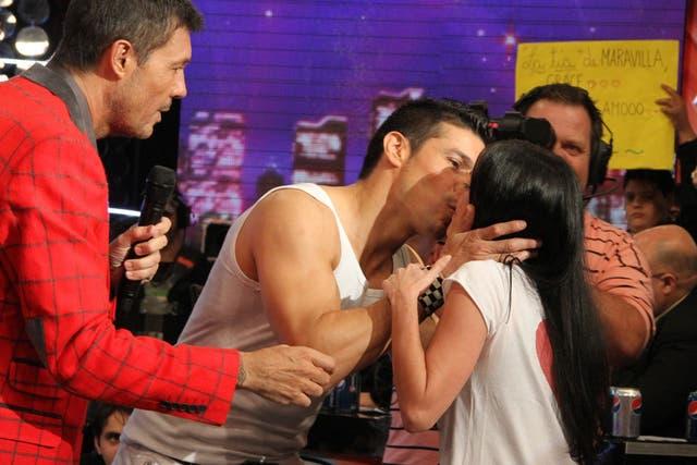 Maravilla Martínez besa a una productora de ShowMatch