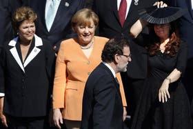 Russeff, Merkel y Cristina Kirchner ven pasar a Rajoy, antes de la foto oficial de la cumbre de Santiago