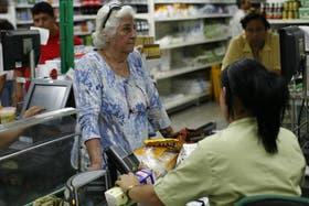 Las compras en los supermercados se adelantaron para muchos, ya que buscan comprar más antes de la temida devaluación