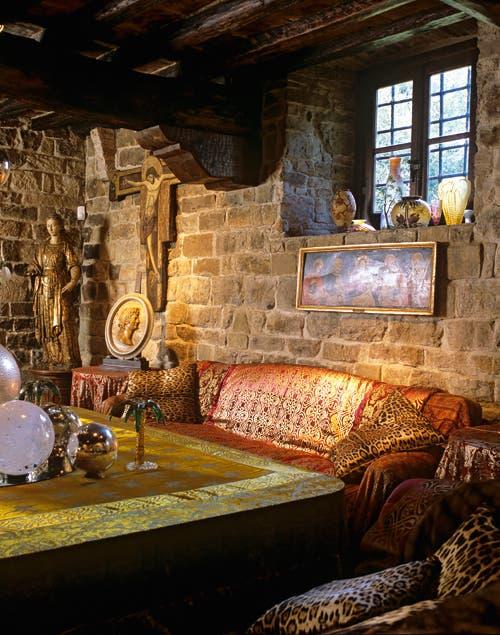 El dorado y los objetos de cristal brillan aún más en contraste con las paredes rústicas..