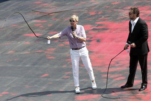 Sí, es Russell Crowe, de traje, tratando de hacer un buen latigazo a la nada..... Foto: AP