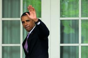 Obama saluda esta tarde en la Casa Blanca, luego de participar de un acto en sus jardines