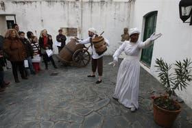 Una mulata guía a las visitas por la casa del virrey